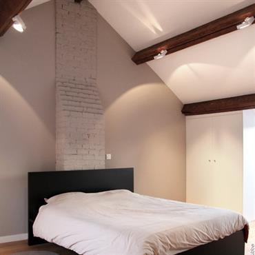 Chambre moderne aux tons naturels avec plafond poutres apparentes et parquet
