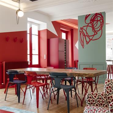 On joue avec les différentes nuances de bleu et rouge sur les murs et avec le mobilier