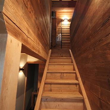 Escalier, murs et plafond en bois
