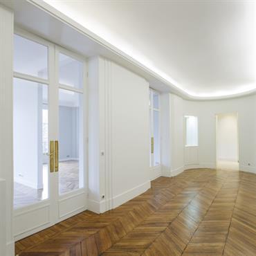 Murs blancs et portes vitrées. Appartement rénové à Paris © Archibald