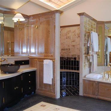 Salle de bain de style provencale, bois et carrelage beige et noir