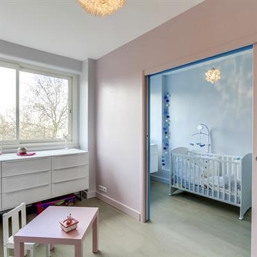 Deux chambres d'enfant correspondantes grâce à des portes coulissantes