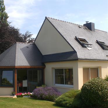 Extension avec un toit en ardoise
