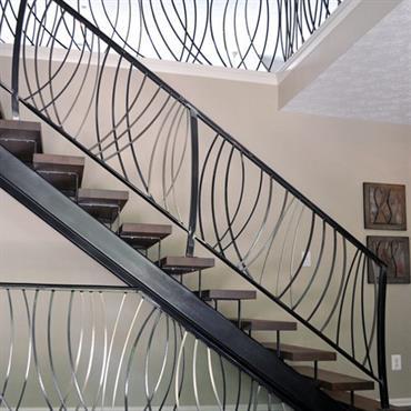 Escalier avec rambarde travaillée en fer