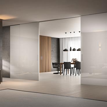 PREMIUM Quatre portes de 140x270 cm Habillage : Aluminium Anodisé Verre : Blanc