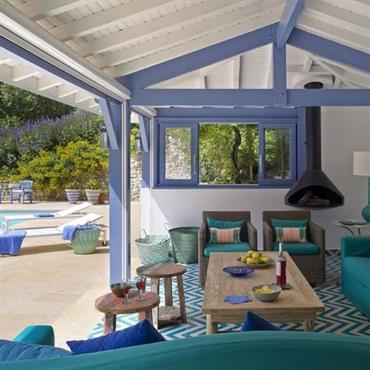 Terrasse abritée déco bord de mer avec revêtement carreaux de ciment bleus