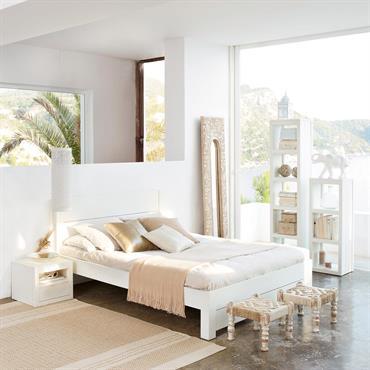 Pour compléter votre univers plein de douceur, choisissez ce chevet blanc en bois de pin massif. Toute en sobriété, cette table de chevet blanche propose également quelques rangements : une ...