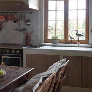 Cuisine avec porte des meubles façon bois ancien