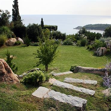 Jardin avec escalier en pierres intégrées dans la pelouse
