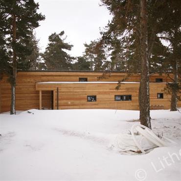 Maison contemporaine en bois dans la montagne