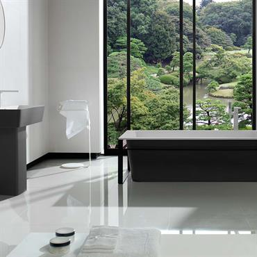 Baignoire et lavabo en Krion®. Les lignes rectangulaires déclinées en noir et blanc donnent à la salle de bain un air très contemporain.