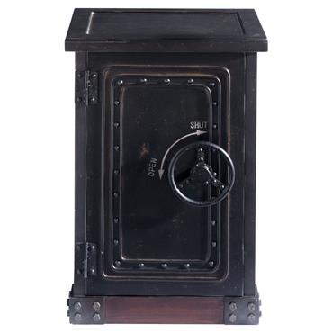 Comme un véritable coffre-fort, le cabinet Bank est doté d'une poignée métal en forme de roue. A défaut d'y dissimuler des trésors, ce petit meuble de rangement peut également accueillir ...