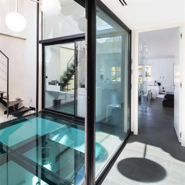 Plancher en verre entre deux niveaux du loft