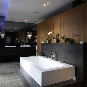 Salle de bains et sa baignoire sur podium