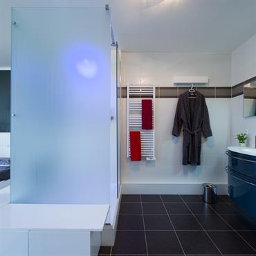 Chambre parentale avec salle de bain ouverte