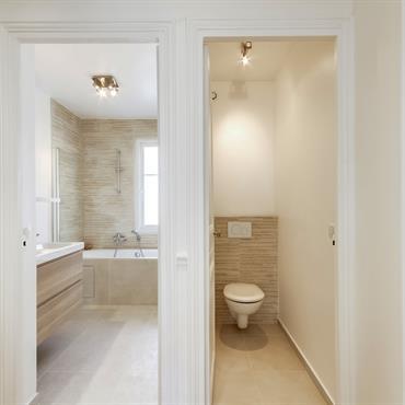 Couloir desservant la salle de bain, les toilettes et la cuisine