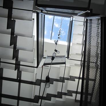 Escalier design en acrylique et métal