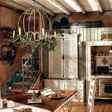 Cuisine vintage entièrement rénovée. Plafond en bois blancs avec poutres apparentes. Sol en carrelage ancien. Meubles anciens  et Lustre vintage