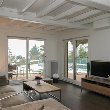 Salon ouvert sur la terrasse et piscine