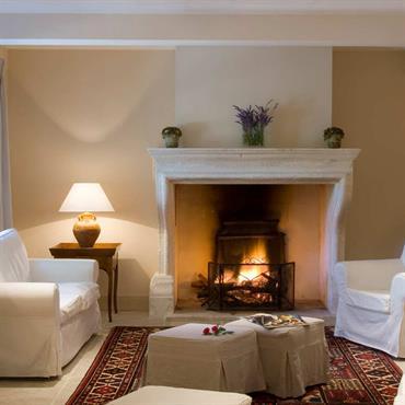 Cheminée authentique dans un salon pour une ambiance chaleureuse