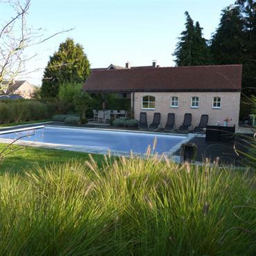 Piscine avec terrasse et jardin