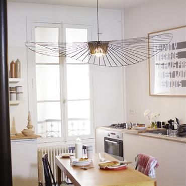 Petite cuisine avec suspension Vertigo. Vertigo est une « lampe cabane », selon les termes mêmes de son designer ; à la fois aérienne et graphique, elle s'adapte aux grands ...