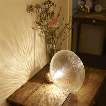 Tidelight  est un luminaire de série soufflé à la bouche dans un moule, et où chaque lampe conserve une singularité. Le verre texturé, qui reprend les codes de l'industrie automobile, ...