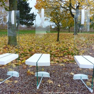 Cette collection de chaise design et de table contemporaine en bois et en verre est une création de Jean Luc Chevallier pour La Stylique.