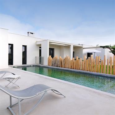 Terrasse Béton, barrière piscine bois