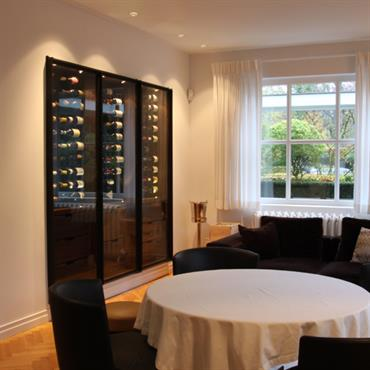 Salle à manger avec salon et armoire à vin