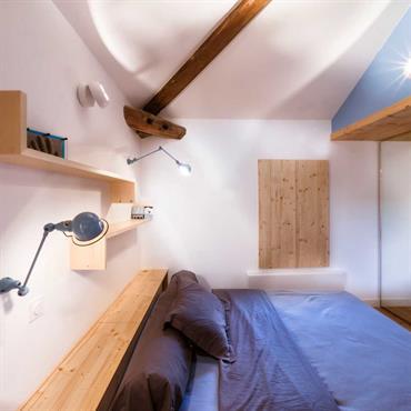 Chambre bleue avec poutres apparentes