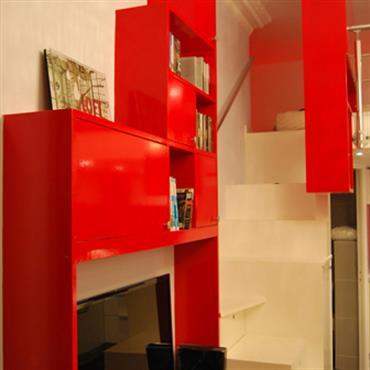 Vue sur le meuble TV et l'escalier menant à la mezzanine