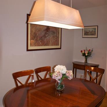 Table et chaises en bois verni