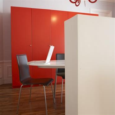Placards rouges dans un intérieur haussmannien