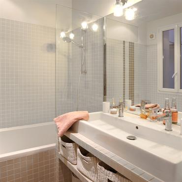 Jolie salle de bain avec mosaïque beige rosé