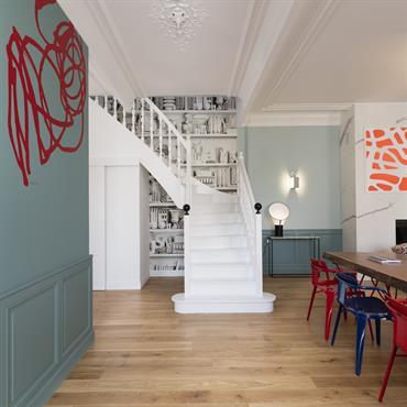 L'escalier entièrement blanc est mis en valeur, par contraste avec les murs très colorés