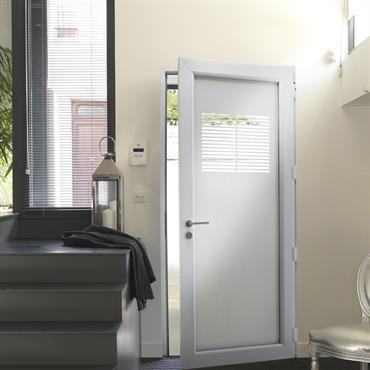 Non sans rappeler le style méditerranéen revisité dans un esprit 50/60's, cette porte en PVC reprend le motif de la persienne. Chaleureux, ce modèle rappelle les vacances et la lumière ...