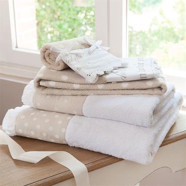 Mettez une note de fantaisie dans votre salle de bain avec cette serviette en coton beige à pois blancs. Agrémentée de petits nœuds pour la note féminine, cette serviette à ...