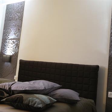 Tête de lit avec de chaque côté un lé de revêtement mural 3D Elitis