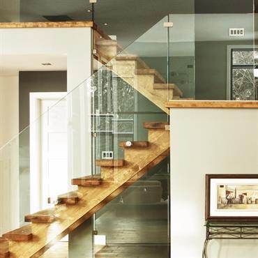 Escalier bois demi tournant avec garde corps en verre.