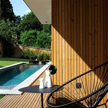 La piscine, facilement accessible depuis la partie habitable de la maison, est une invitation au bain à l'abri des regards.