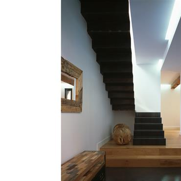 Escalier contemporain en tôle d'acier pliée