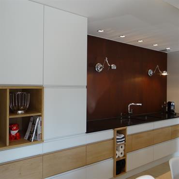 Placards de cuisine blancs et bois avec niches encastrées