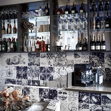 Soraya Deffar a dessiné tout l'espace de l'huîtrerie, un bar à huîtres, rue mademoiselle à Paris