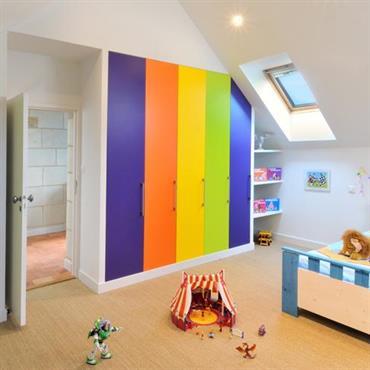 Chambre d'enfant moderne et colorée.