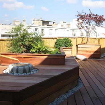 Terrasse sur les toits avec plancher de bois, et composition paysagée en bois