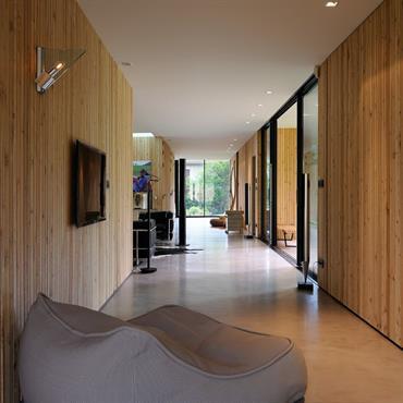 Pureté des lignes et des matériaux. Le bois, le béton, l'acier et le verre dégagent une atmosphère résolument zen.