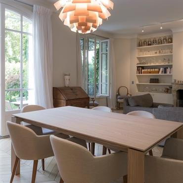 Table en bois surmontée d'un lustre moderne