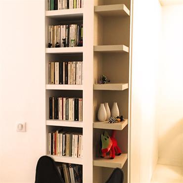 Bibliothèque d'angle blanche