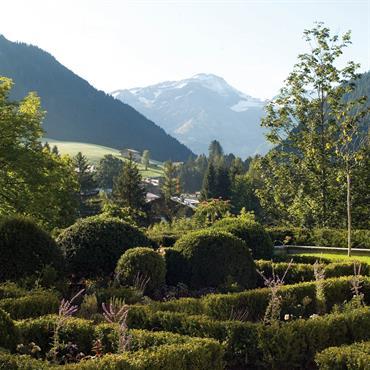 Jardin très structuré au cœur d'un site naturel montagneux